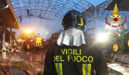 """Incendio all'azienda agricola """"LA PRIMULA"""" di Pianezza (TO), il fumo invade anche TORINO"""